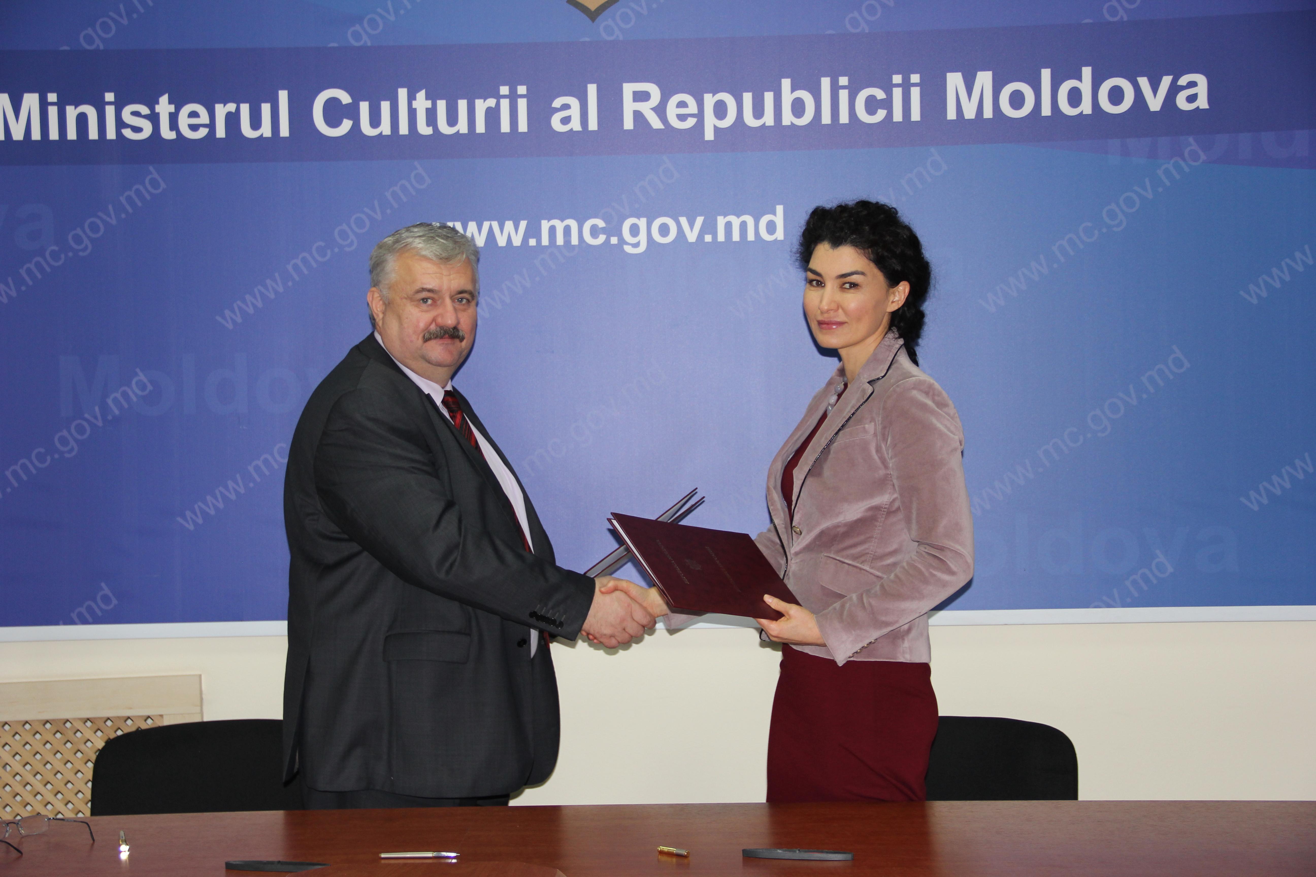 Igor Șarov, Secretar General al Ministerului Educației, Culturii și Cercetării și Rita Columbia, Reprezentanta UNFPA Moldova.