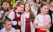 Vanessa, de 10 ani din Orhei, cu prietenii la școală